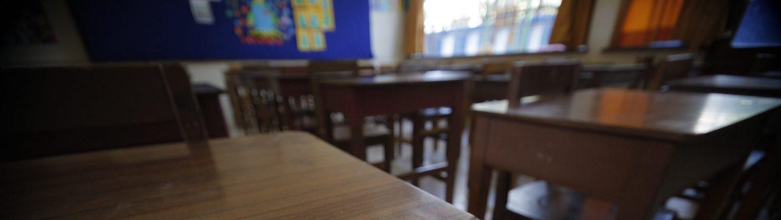 11 de Diciembre de 2011/ Santiago Desde las cinco de la tarde se abren las puertas de los diferentes recintos ,que albergaran a miles de estudiantes, que rinden la prueba de seleccion universitaria.este lunes 12 de Diciembre a lo largo de todo el pais.  FOTO:JOSE CARVAJAL/AGENCIAUNO