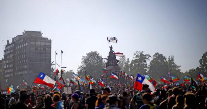 12 de Noviembre de 2019/SANTIAGO  Gran cantidad de manifestantes llegan a Plaza Italia en una Nueva jornada de protesta  en dicho lugar. FOTO: CRISTOBAL ESCOBAR/AGENCIAUNO